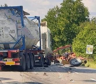 Wypadek na DW 938.  Cysterna wjechała  w traktor