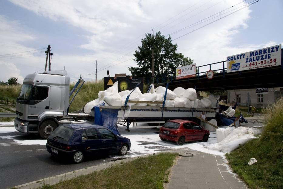 Litewski tir wiozący styropian uderzył w wiadukt nad ul