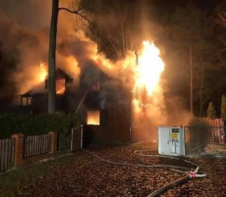 Nocny pożar domu letniskowego w Przyjezierzu. Akcja trwała 6 godzin [zdjęcia]