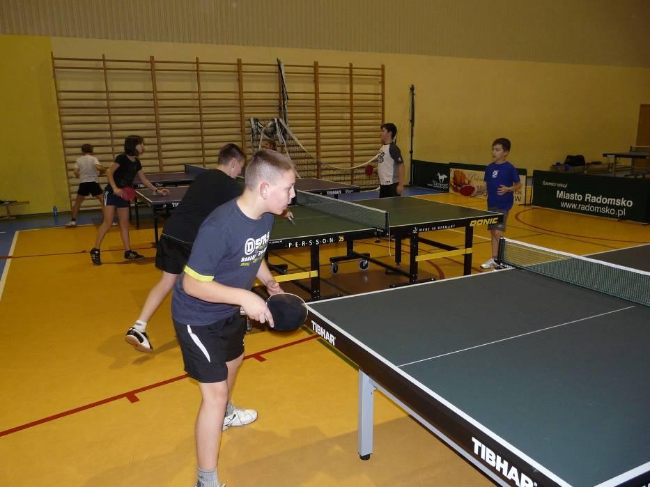 W sekcji tenisa stołowego trenuje około 30 młodych zawodników