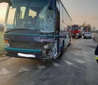 Zderzenie autobusu z samochodem ciężarowym w Skrzynkach [ZDJĘCIA]