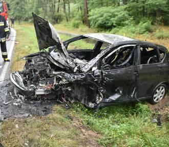 Czołowe zderzenie i auto w ogniu po wypadku niedaleko Jezierzyc
