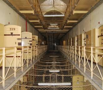 Co więźniowie wypisują po ścianach? Zobacz zdjęcia z opuszczonego aresztu w Śląskiem