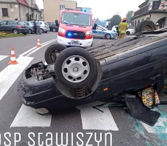 Wypadek w Stawiszynie. Auto na dachu, dwie osoby w szpitalu. ZDJĘCIA