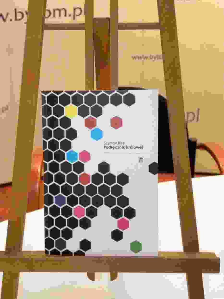"""""""Podręcznik królowej"""" - kolejny tomik poezji Szymona Biry"""