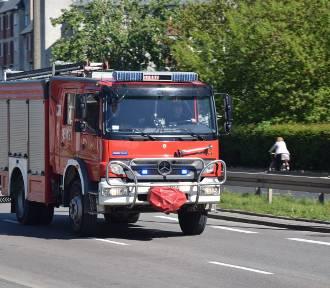 Raport PSP. Pożar kombajnu i zadymienie w budynku gospodarczym