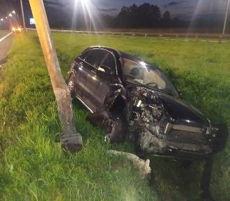 Wypadek w Podwarpiu. Samochód uderzył w słup