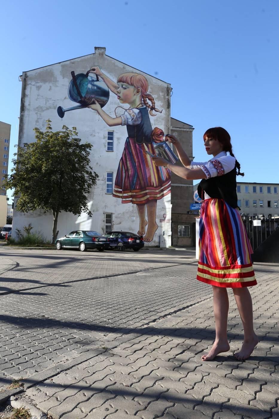 Dziewczynka z konewk na ywo modowy performance w for Mural bialystok dziewczynka z konewka