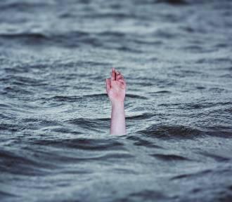 Alkohol, brawura, niestrzeżona plaża. To przepis na tragedię...