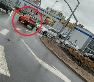 Jechał rondem PCK pod prąd i… denerwował się na kierowców [ZDJĘCIA CZYTELNIKA]