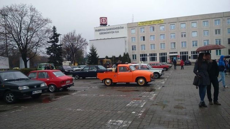 Foto: Jarosław Franciszek Furmaniak-> Pomarańczowa Syrena w wersji transportowej na tle biurowca głównego FSO