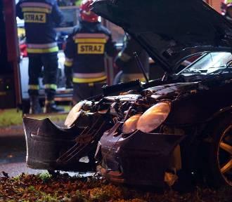 Ulica Lipowa w Kaliszu. Samochód uderzył w drzewo. Kierowca i pasażer uciekli. ZDJĘCIA