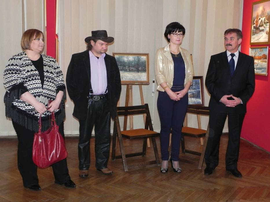 Otwarcie wystawy (od lewej): Monika i Stanisław Kmiecikowie, Barbara Dzioba (kurator wystawy) i Włodzimierz Szczałuba (dyrektor Muzeum Historyczno - Archeologicznego w Ostrowcu Świętokrzyskim)