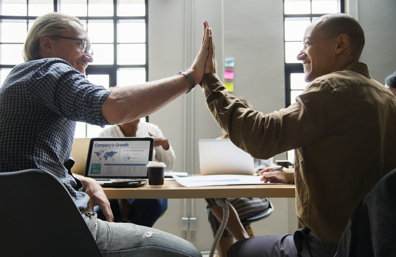 Jesteś niesprawiedliwie traktowany, a inni są faworyzowaniSzef ma swojego pupilka, z którym nie masz nawet po co rywalizować? Inni zawsze dostają ciekawe zadania i projekty do zrealizowania, a ty możesz tylko obejść się smakiem? A może po prostu przełożony przymyka oko na częste spóźnienia innych osób, a jedno twoje nie pozostanie bez komentarza? Jeśli czujesz się w swojej firmie jak pracownik drugiej kategorii, może pora zmienić ją na taką, gdzie panuje większa sprawiedliwość