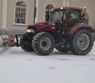 Śnieżyca w Gnieźnie: duże utrudnienia na drogach! Bywa niebezpiecznie