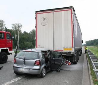 Tragiczny wypadek na A1 w Knurowie. Auto wbiło się pod ciężarówkę. Jedna osoba nie żyje