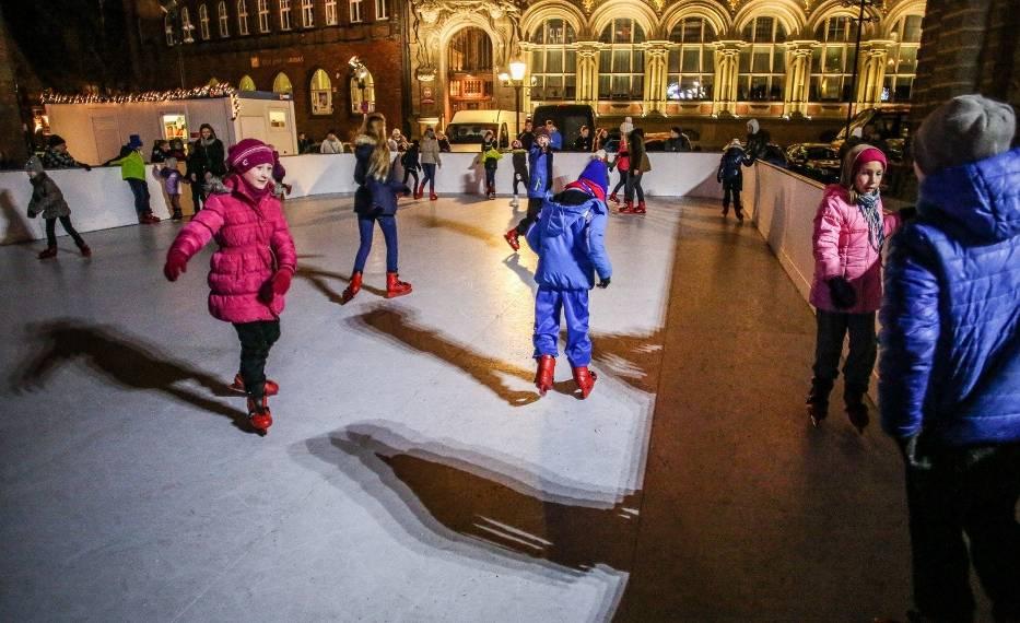 Syntetyczne lodowisko na Targu Węglowym w GdańskuZ lodowiska można korzystać w każdą pogodę - nawet, gdy nie ma mrozu - informuje Anna Kowalska