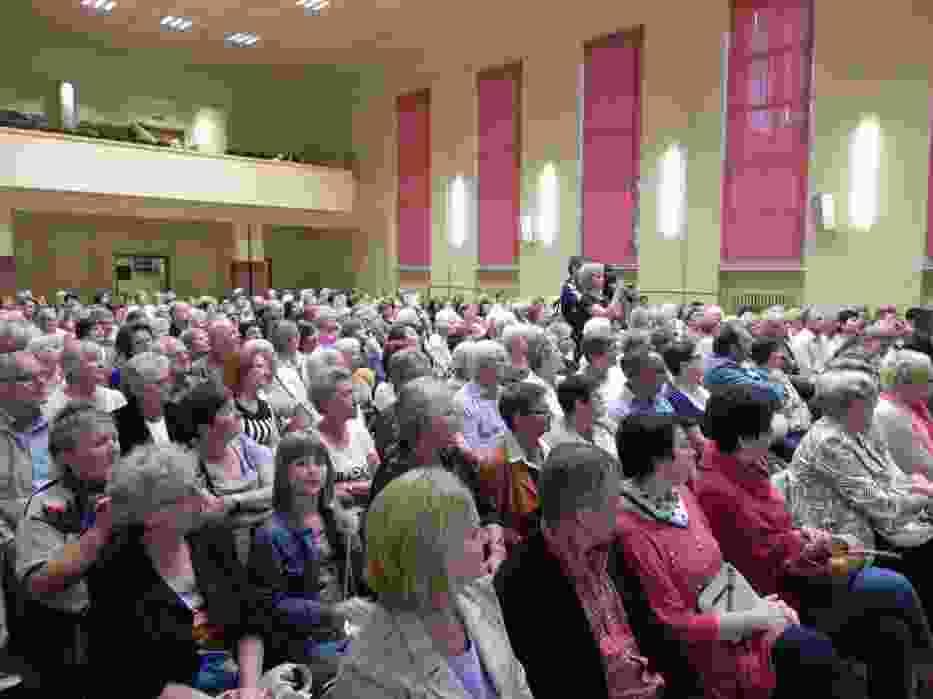 Aula Zespołu Szkół nr 3 w Ostrowcu Świętokrzyskim wypełniła się głównie kobietami