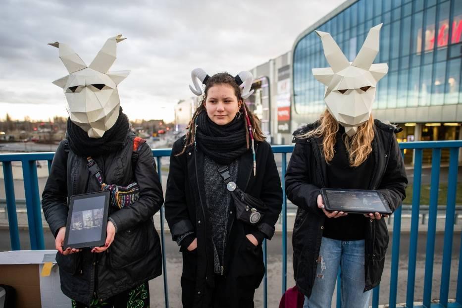 Aktywiści występowali w obronie kóz kaszmirskich, z których pozyskiwany jest kaszmir do produkcji swetrów, szali, czapek