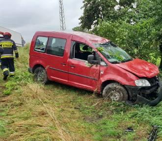 Wypadek w Olszowej. Samochód spadł ze skarpy [ZDJĘCIA]