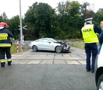 Zderzenie mercedesa z pociągiem na przejeździe w Zembrzycach