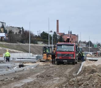 Nowy parking przy dworcu PKP w Nakle powstanie do jesieni. Trwa już także budowa nowego ronda u zbiegu