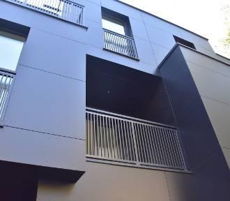 Czarna elewacja z czerwoną cegła. Zobacz niezwykły budynek w Rybniku