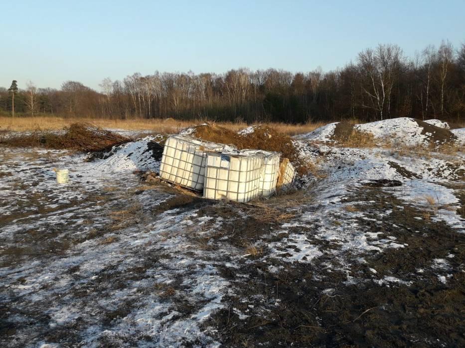 Odpady zostały wyrzucone na terenie dawnej cegielni