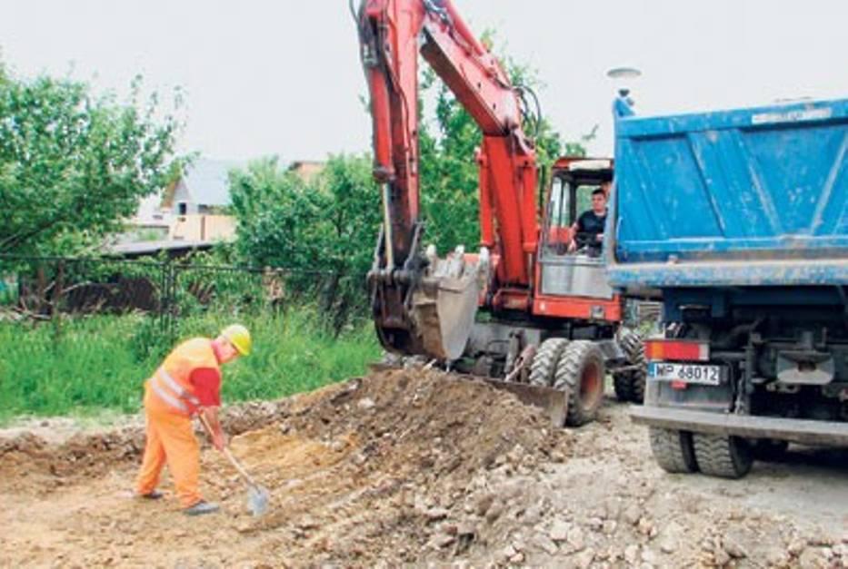 Obecnie robotnicy usuwają gruntową nawierzchnię