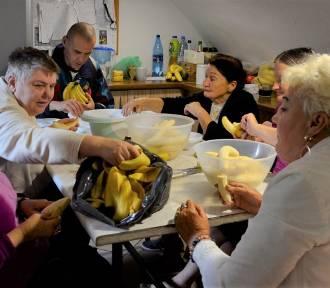 """Fundacja """"Aktywni w potrzebie"""" ze Zduńskiej Woli wsparła DPS w Skrzynnie"""