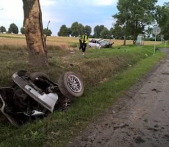 Białobrzegi: BMW rozbiło się na drzewie. Auto rozpadło się na pół