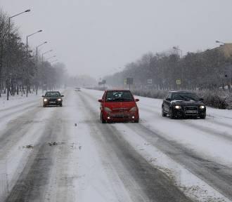 Zima w Piotrkowie. Złe warunki na ulicach w mieście i drogach w powiecie piotrkowskim