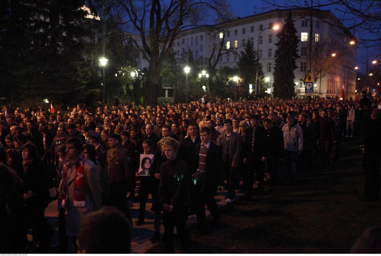 Rocznica smoleńska 2019, Warszawa. Tak wyglądała żałoba na ulicach Warszawy 10 kwietnia 2010 roku [ZDJĘCIA]