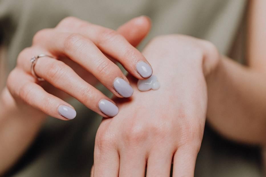 Skóra dłoni jest delikatna, a pod wpływem warunków atmosferycznych oraz detergentów staje się sucha i zniszczona
