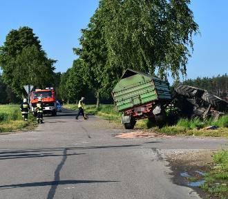 Wypadek w Ostaszewie. Zderzenie ciągnika z osobówką. Dwie osoby trafiły do szpitala. Zdjęcia