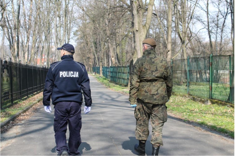 Policjanci wspólnie z żołnierzami sprawdzają, czy mieszkańcy przestrzegają zakazu zgromadzeń i swobodnego przemieszczania się