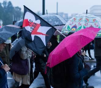 """Kobiety znów wyszły na ulice. """"Nie składają parasolek"""" [WIDEO]"""