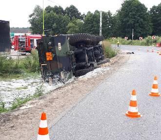 Wypadek na DK10. Cysterna z paliwem lotniczym w rowie