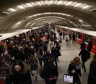 Koronawirus w Warszawie. Zakażonych przybywa, a w metrze cały czas tłumy mieszkańców