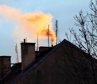 """Smog króluje, a Polacy wciąż ogrzewają domy """"kopciuchami"""". Na rynku brakuje kotłów"""