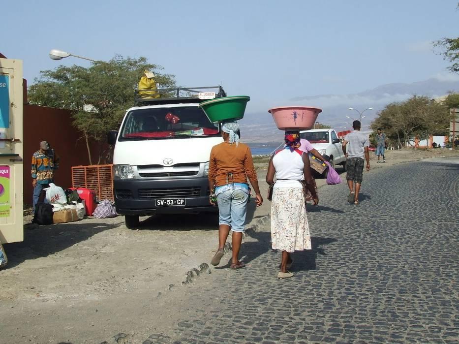 Kobiety idące z targu w porcie