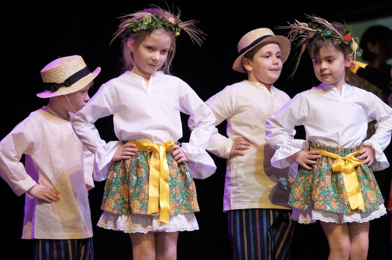 """Przedszkole Niepubliczne """"Smyk"""" w Inowrocławiu było organizatorem I Przedszkolnego Przeglądu Tańca Ludowego, który odbył się na deskach Teatru Miejskiego"""