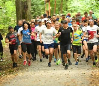 Tłumy biegaczy na 352. Parkunie po Zielonym Lesie w Żarach. Jesienna pogoda dopisała!