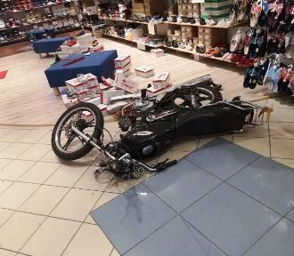 Wjechał motocyklem do sklepu w Grudziądzu