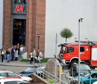 Strażacy sprawdzali wezwanie z monitoringu. Akcja przed Galerią Dekada w Malborku [ZDJĘCIA]