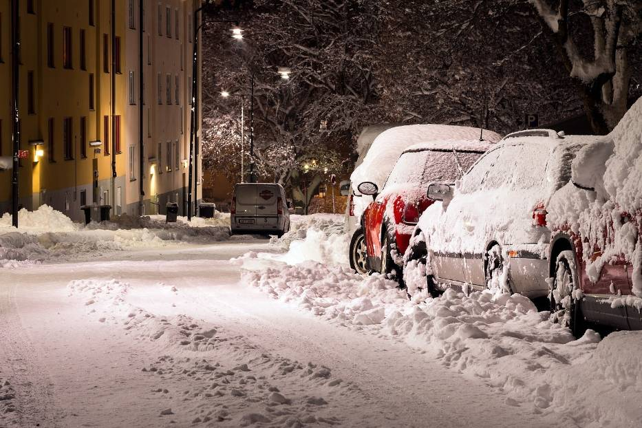 3. Śnieg niekoniecznie z nieba. Nieodśnieżone samochody na drodze