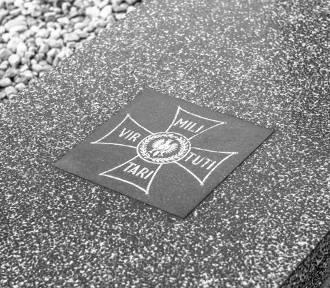 """Mogiła żołnierzy II wojny światowej w Rumi """"Polegli na polu chwały"""" ZDJĘCIA"""