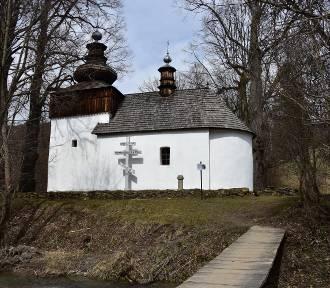 Cerkiew pośrodku łąk i lasów. Idealne miejsce na wycieczkę bez obostrzeń
