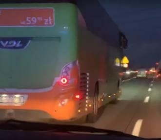 Karetka na sygnale, a autobus blokuje lewy pas! Zobaczcie nagranie z autostrady A4 [FILM]