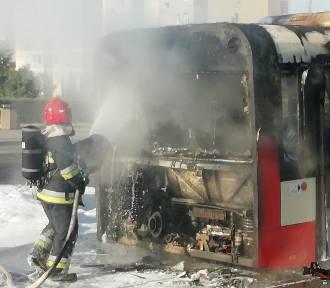 Pożar autobusu na na Chełmie. Autobus miejski zapalił się na przystanku [zdjęcia, wideo]